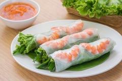 新鲜的春卷用虾和调味汁,越南食物 免版税库存照片