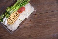 新鲜的春卷,鸡蛋,香肠套用面粉冠上了用调味汁和蟹肉 免版税库存照片