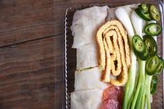 新鲜的春卷,鸡蛋,香肠套用面粉冠上了用调味汁和蟹肉 免版税库存图片