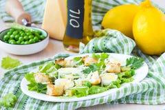 新鲜的春天沙拉用莴苣,鸡蛋,乳酪,油煎方型小面包片,绿色 图库摄影