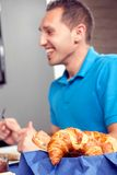 新鲜的有壳的新月形面包 免版税库存照片