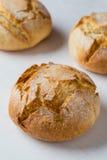 新鲜的有壳的面包小圆面包 免版税库存照片