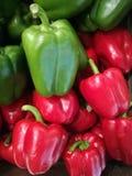 新鲜的有机响铃绿色和红辣椒在许多中站立在木盘子的胡椒背景在超级市场 响铃红色和g堆  图库摄影