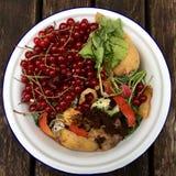 新鲜的有机垃圾大角度看法用在一个小白色碗的红浆果回收的 免版税图库摄影