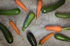 新鲜的有机夏南瓜和红萝卜在土气桌上 库存照片