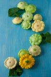 新鲜的有机季节性菜-南瓜,南瓜,在木b 免版税库存图片
