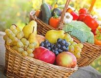 新鲜的有机季节性水果和蔬菜 库存图片