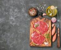 新鲜的有机未加工的牛肉 做的晚餐-牛排成份, 图库摄影
