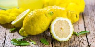 新鲜的有机果子-在马莫尔背景的柠檬 图库摄影