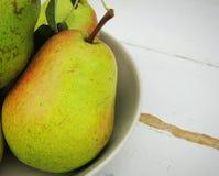 新鲜的有机梨在碗葡萄酒木背景中 从家庭菜园的秋天收获 库存图片