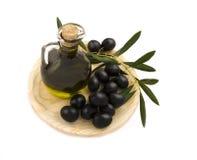 新鲜的有机油用被采摘的橄榄 库存照片