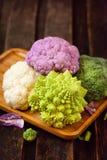新鲜的有机白色和紫色花椰菜,硬花甘蓝, romanesco 图库摄影