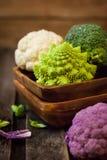 新鲜的有机白色和紫色花椰菜,硬花甘蓝, romanesco 库存图片