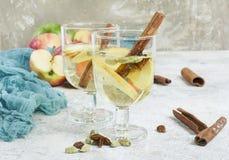 新鲜的有机秋天苹果拳打用香料和蜂蜜 库存图片