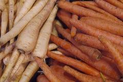 新鲜的有机红萝卜在Vancouvers Grandville海岛市场上 免版税图库摄影