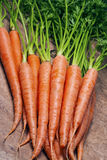 新鲜的有机红萝卜花束。 库存图片