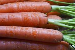 新鲜的有机红萝卜花束。 免版税库存图片