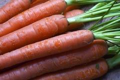 新鲜的有机红萝卜花束。 免版税库存照片