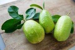 新鲜的有机绿色柠檬 库存照片