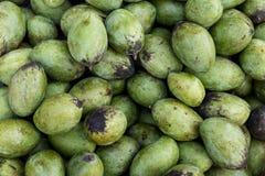新鲜的有机芒果在巴厘岛一个传统市场, Sukawati,印度尼西亚上结果实 图库摄影