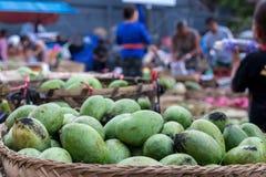 新鲜的有机芒果在巴厘岛一个传统市场, Sukawati,印度尼西亚上结果实 免版税库存照片