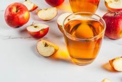 新鲜的有机苹果汁 免版税库存照片