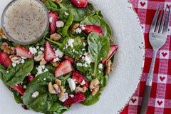 新鲜的有机草莓菠菜沙拉 免版税库存照片