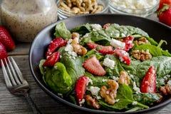 新鲜的有机草莓菠菜沙拉 免版税库存图片