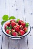 新鲜的有机草莓 免版税库存照片