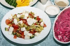 新鲜的有机菜五颜六色的沙拉在白色板材特写镜头的 客人的冷的开胃菜在宴会桌上 健康食物concep 免版税库存照片