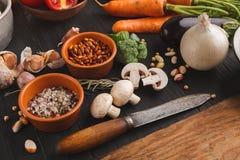 新鲜的有机菜和木书桌背景 免版税库存图片