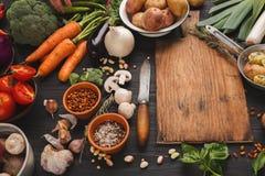 新鲜的有机菜和木书桌背景 库存图片