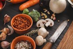 新鲜的有机菜和木书桌背景 库存照片