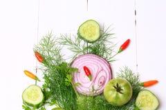 新鲜的有机菜和草本茴香香菜蕃茄黄瓜红洋葱在木平的猪圈的一张白色背景顶视图 库存照片