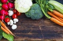 新鲜的有机菜用红萝卜,花椰菜,硬花甘蓝, 免版税库存照片
