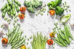 新鲜的有机菜的分类与拷贝空间在轻的背景,顶视图的 芦笋,硬花甘蓝,青豆,豌豆,是 免版税库存照片
