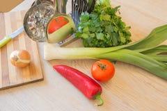 新鲜的有机菜,葱,红色蕃茄,胡椒,沙拉,在木地板上的绿叶 果子和维生素 库存照片
