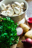 新鲜的有机菜,蘑菇,土豆,葱,在厨房用桌上的荷兰芹 图库摄影