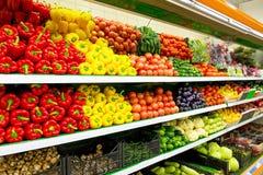 新鲜的有机蔬菜和水果在架子在超级市场,农夫市场 健康概念的食物 维生素和矿物 蕃茄 库存照片