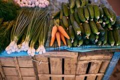 新鲜的有机蔬菜和水果在销售中在地方农夫夏天销售户外 背景小圆面包束红萝卜概念食物新现有量健康藏品查出有机俏丽的卷白人妇女 免版税库存照片
