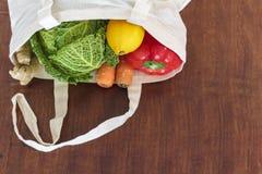 新鲜的有机蔬菜顶视图在棉花袋子的 零的废物,塑料自由概念 免版税图库摄影