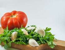 新鲜的有机蕃茄、大蒜和荷兰芹 图库摄影