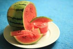 新鲜的有机裁减西瓜和它的汁液在一块清楚的玻璃为夏天 免版税库存照片