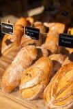新鲜的有机面包在市场上 库存照片
