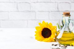 新鲜的有机额外处女向日葵油的分类在瓶的 免版税库存照片