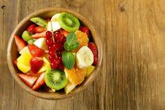 新鲜的有机水果沙拉 免版税库存图片