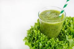 新鲜的有机绿色圆滑的人用沙拉,苹果,黄瓜, pineap 免版税图库摄影