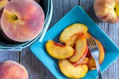 新鲜的有机黄色桃子和桃子辣调味汁 免版税库存图片