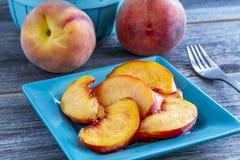 新鲜的有机黄色桃子和桃子辣调味汁 免版税图库摄影