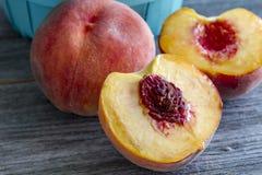 新鲜的有机黄色桃子和桃子辣调味汁 库存照片
